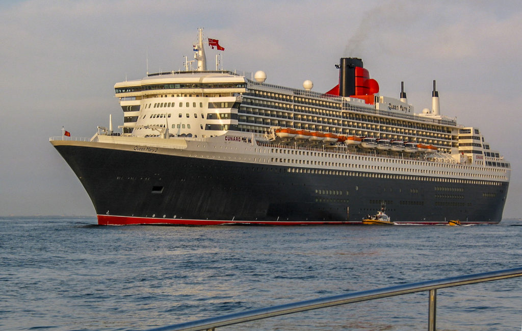 Meeting Cruise Ship Queen Mary 2 in Rotterdam, 2004 IMG_2654a_1KL